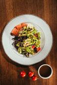 saláta levelek, vegyes zöldségek szóló lemez néhány hal szelet
