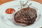 Hluboký smažený steak na desce s omáčkou