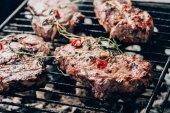 Detailní pohled chutné šťavnaté maso s kořením, připravit na grilu