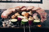 Detailní pohled na lahodné maso se zeleninou, příprava na grilu