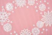 Fényképek karácsonyi keret papír hópelyhek és a csillag a rózsaszín háttér