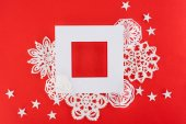 Fényképek karácsonyi keret a csillagok és a papír hópelyhek, elszigetelt piros fehér