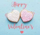 pohled shora, dvě zasklené srdce uformovaný cukroví izolované na modré, st Valentýn svátek koncept