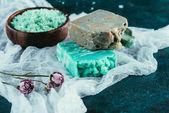 házi szappan, a szárított rózsa és a tengeri só fürdő a fehér géz márvány felületre