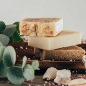 Fotografie zblízka domácí mýdla a soli pro spa na dřevěné desce