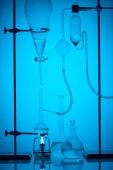 chemická analýza s látkou v laboratoři na modré