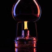 Heizung-Glas Glas mit Flüssigkeit im Labor auf schwarz