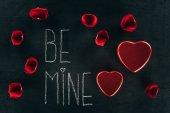 felirat Be Mine rózsaszirom és a szív doboz fekete felületén, st Valentin-nap fogalom körül