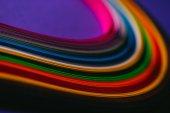 barevné světlé quilling papírové proužky na fialová
