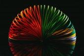 Fotografia curve di carta quilling colore sul nero