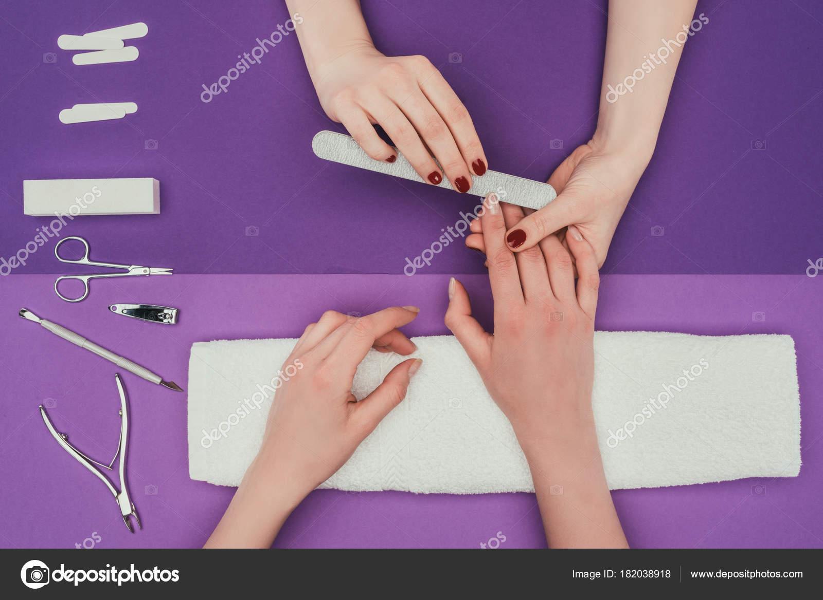 Bild Der Maniküre Feilen Der Nägel Mit Einer Nagelfeile Beschnitten ...