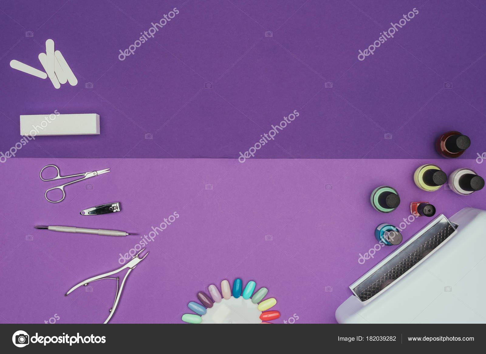Lampada Scrivania Viola : Vista superiore strumenti manicure lampada sul tavolo viola u2014 foto