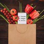 Fényképek felülnézet, zöldségek és Jegyzetfüzet-val Megjegyzés a fából készült asztal, élelmiszerbolt koncepció