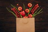 Draufsicht auf verschiedene rote Gemüsesorten in Einkaufstasche, Lebensmittelkonzept