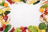 pohled shora zeleniny a ovoce, izolované na bílém
