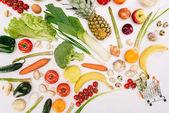 a kis kosár dollárt és a gyümölcsök, zöldségek, elszigetelt fehér felülnézet