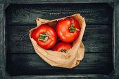 Draufsicht auf rote Tomaten in Einkaufstasche, Lebensmittelkonzept