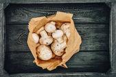 Fotografia vista superiore di funghi in sacchetto di carta commerciale