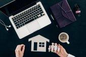 Fényképek levágott lövés a munkahelyen, otthon és a család biztosítási koncepciót elszigetelt fekete üzletasszony