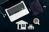 Fényképek felülnézet üzleti munkahelyi, otthoni és családi biztosítási koncepciót elszigetelt fekete