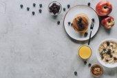 pohled shora na chutnou zdravou snídani palačinky, ovoce, medu a müsli Grey