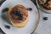 pohled shora na sladké Domácí lívance s čerstvým ovocem a medem