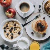 pohled shora na chutnou zdravou snídani palačinky, ovoce a müsli Grey