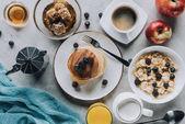 pohled shora chutné zdravé snídaně, palačinky, musli a ovoce na grey