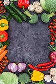 felülnézet, friss nyers egészséges bio-zöldségekkel, fekete