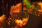 szelektív összpontosít a fényes narancssárga száloptika háttér