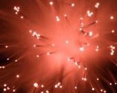 Fotografie textura optických vláken pohled shora rozmazané zářící červená