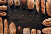 pohled shora uspořádány šišky chleba na dřevěný povrch
