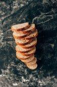 pohled shora uspořádány kousky chleba na tmavý povrch s moukou