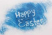 Fotografie pohled shora šťastné Velikonoce znamení z modré písku na bílý povrch