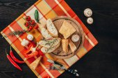 Fotografia vista superiore di pane e parmigiano sul bordo di legno