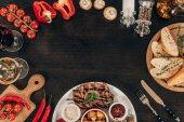 pohled shora na čerstvou zeleninu a vařené hovězí steak na stole