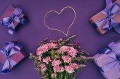 szép rózsaszín virágokkal, szív alakú kötél és díszdobozok, a lila csokor