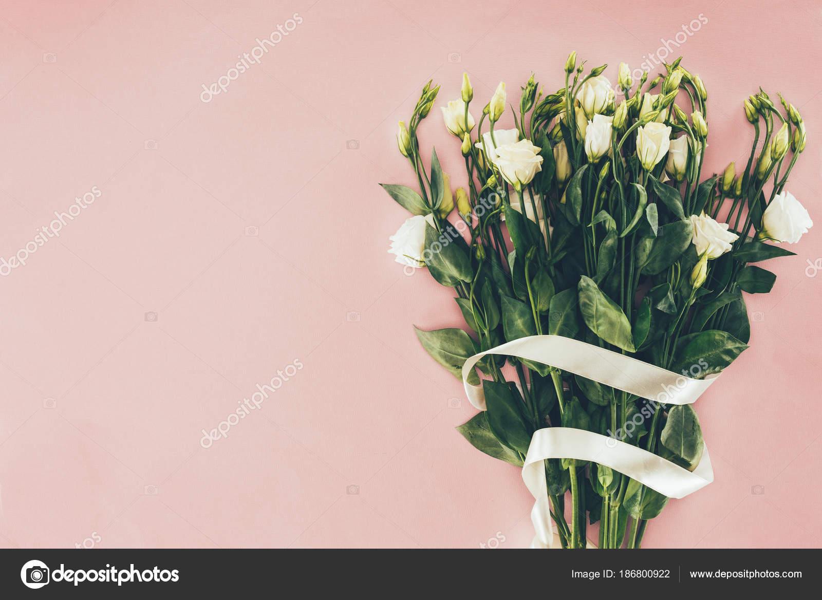 Нежный маникюр с розами фото