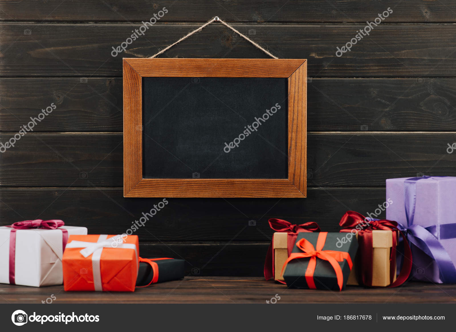 tableau blanc cadre avec les coffrets cadeaux suspendus sur mur photographie vadimvasenin. Black Bedroom Furniture Sets. Home Design Ideas