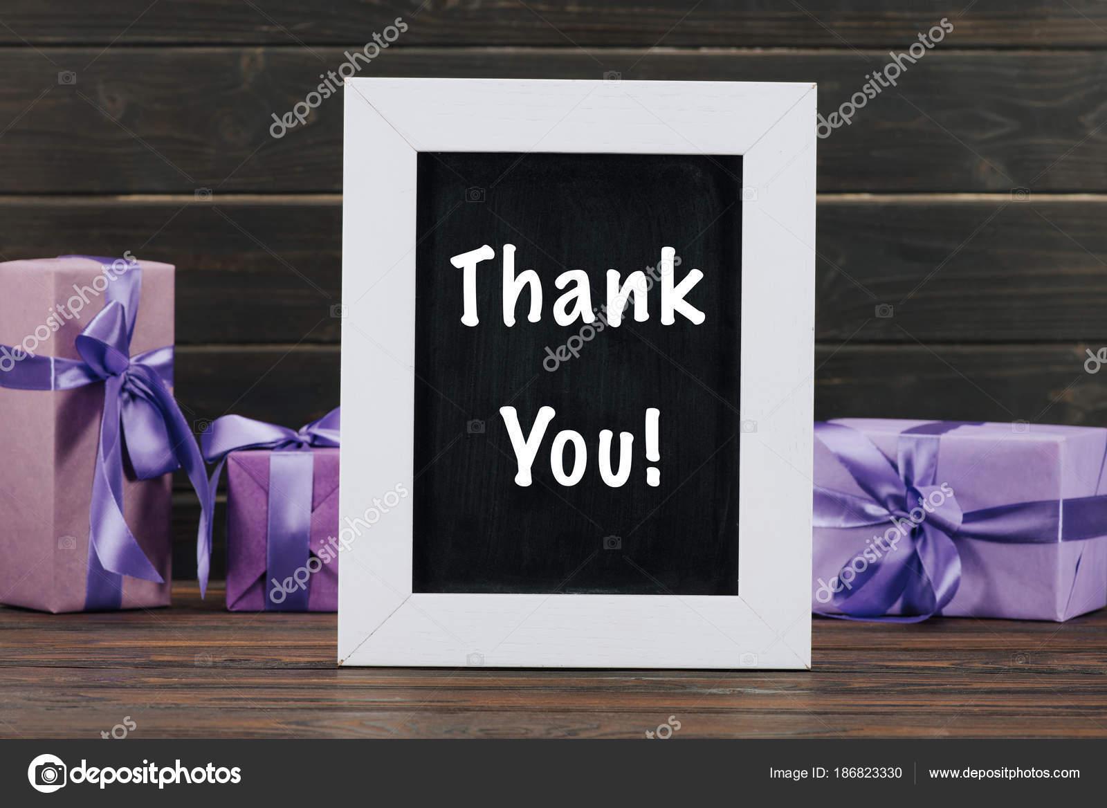 Danke Schriftzug Auf Der Tafel Rahmen Mit Geschenk Boxen Gegen ...