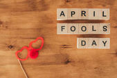 pohled shora uspořádány dřevěných kostek v dubnu bláznů den nápis party brýle a nos klaun na dřevěný nábytek, 1 dubna dovolená concept