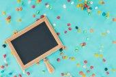 Fotografie Lay flat mit leeren Tafel und Süßigkeiten auf blauem Untergrund isoliert, Aprilscherze Tag Konzept