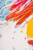Fotografia Chiuda in su di schizzi di vernice acrilica su astratto multicolor