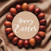 Fotografie Draufsicht des Kreis-Rahmen aus bemalten Hühnereiern mit Frohe Ostern Schriftzug