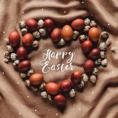 Fotografie flache Laien mit Frohe Ostern Schriftzug und Sternen in herzförmige Rahmen aus Huhn und Wachteln Eiern