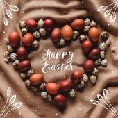 Fotografie Draufsicht der Herz geformten Rahmen aus Huhn und Wachteln Eiern mit Frohe Ostern Schriftzug, Sterne und florale Illustration
