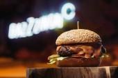 Detailní pohled lahodné hovězí burger na dřevěnou protézu