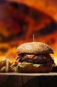 Detailní pohled chutné hovězí burger s hranolky