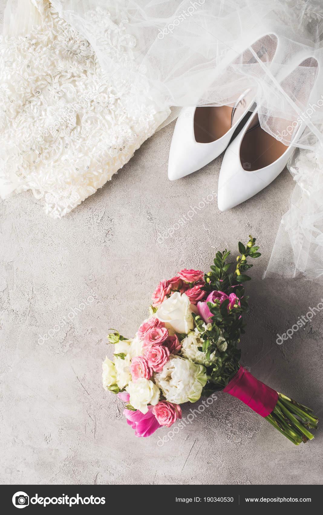 Draufsicht Der Hochzeitskleid Schuhe Und Strauß Auf Graue Oberfläche ...