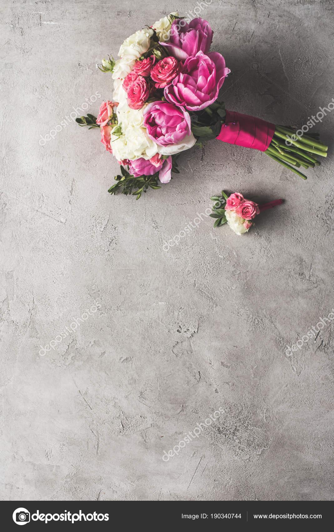 Draufsicht Der Brautstrauss Und Boutonniere Auf Graue Oberflache